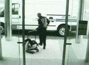 現金を運ぶ警備員から強盗