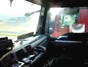 平行して走るトラックの運転手を脅かす