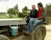 トラクターの泥よけに乗るのは危険