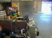 倉庫でフォークリフト事故