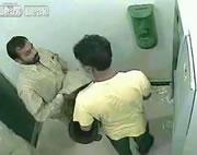 ATMで拳銃を使って強盗
