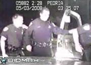 横たわる黒人男性を容赦なく踏みつける警官