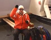 レミ アイスホッケーコートに登山の装備で乱入