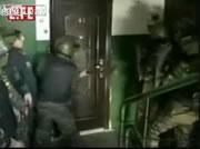 ロシア警察 殺人犯人宅への突入映像