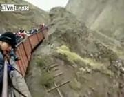 崩れ落ちそうな橋の上で止まってしまった列車