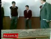 生徒を叱る教師