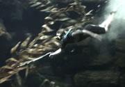 レミ 水中銃を持って水族館の池に入る