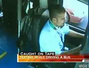 運転しながら携帯をいじって事故を起こす運転手