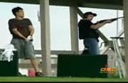 ゴルフ練習場でクレー射撃の真似