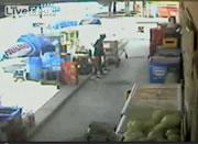 店頭で掃除をする店員に車が突っ込む