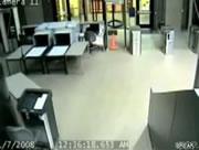 役所に猛スピードで突っ込む車