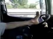 超リラックスして運転する男