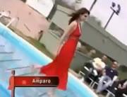 プールに落ちるモデルさん