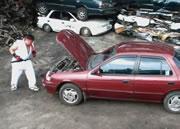 ストリートファイター風に車を破壊する男