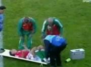負傷した選手を担架に乗せてハプニング