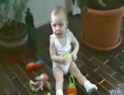 お兄ちゃんに誘われて踊り出す赤ちゃん