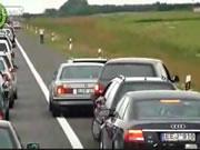 路肩で止まってる運転手を攻撃する女性