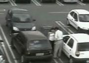駐車場で大胆なカップル