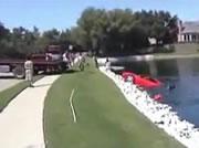 池から引き上げられるフェラーリ-