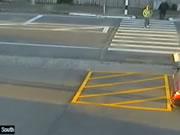 横断歩道で撥ねられる