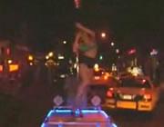 ニューヨーク 自転車で引く荷台でセクシーポールダンス