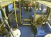 バスの後部座席から転がる乗客