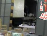 郵便荷物を倉庫に放り投げる従業員