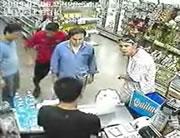 強盗に気づかず買い物かごを持って店内に入る女性