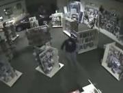 大人のオモチャ屋に車で突っ込む泥棒