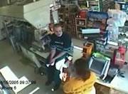 強盗に怯まない男性店員