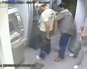 ATMにスキミング機器を取り付けて逮捕
