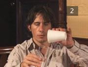 紙コップに入れた水が数秒で氷になるマジック