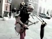 路上で一人演奏