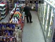 防犯カメラに映る酔っぱらいの買い物