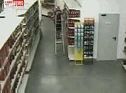スーパーで酒を整理中に棚が崩れる