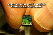 極小なレイアウトを走る鉄道模型