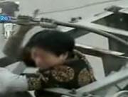 鉄塔に上って電力線に触れて気絶する女性