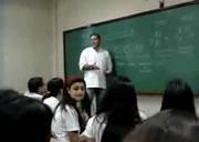 授業中の携帯使用に怒る教師