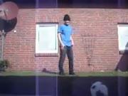 ダンス中の男に蹴り入れられて飛ばされるネコ