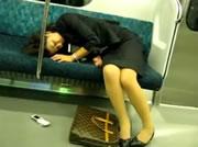 電車内で熟睡する女性