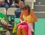 大胆にパンツを着替える女子テニスプレーヤー