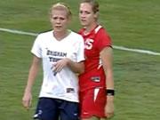 女子サッカー 相手選手を投げ飛ばす