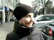 街頭インタビュー中の女性の後ろで車が店舗に突っ込む