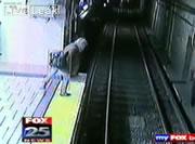 線路に落ちた女性の一歩手前で止まる地下鉄