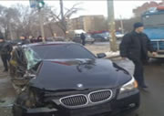 BMW 交差点で激しくクラッシュ