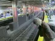 泥酔女 線路に落ちた直後に電車が・・・