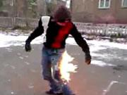 炎に包まれる青年