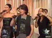 テレビ番組で歌う男性のマイク