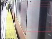 ドアにバッグが挟まったまま走り出す電車に引きずられる女性