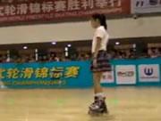 見事なローラースケートの演技を見せてくれる中国の女の子